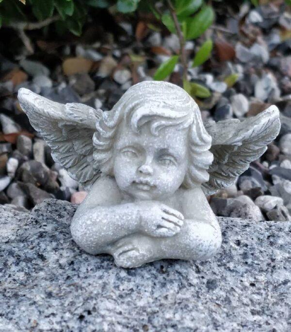 OnlyByGrace engel hviler hovedet