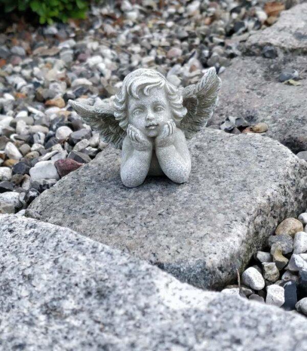OnlyByGrace engel med hænder under hovedet