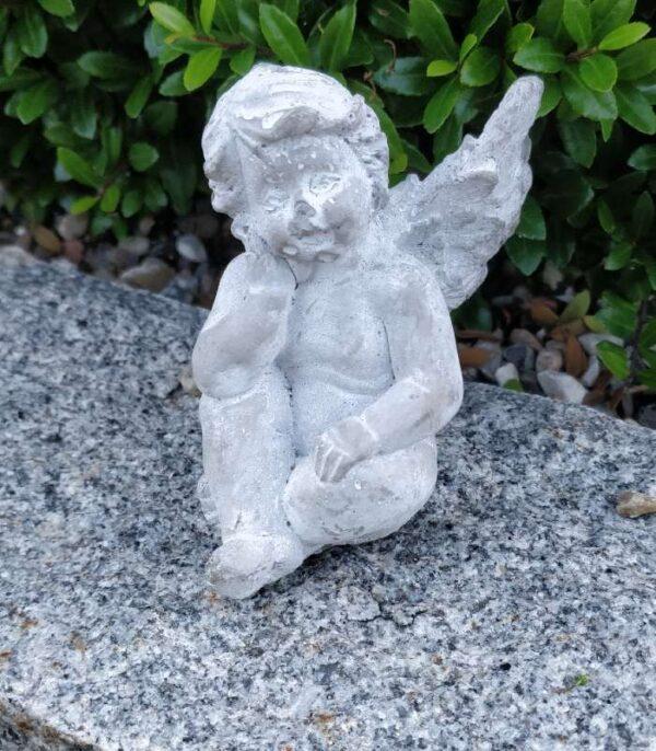 OnlyByGrace engel med hånd på kinden