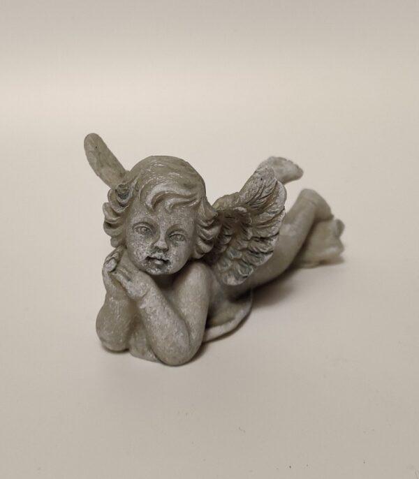 OnlyByGrace Liggende engel med hænder under hagen