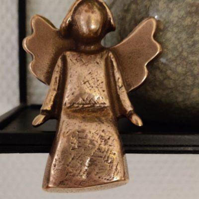 OnlyByGrace Bronze engel tilfreds